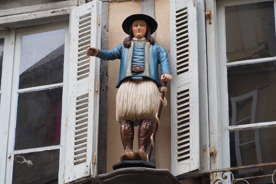 Le petit breton, sculpture en bois dasn la rue Kéréon de Quimper