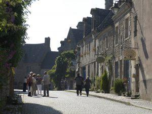 Promenade dans les rues de Locronan, Petite Cité de Caractère en Bretagne