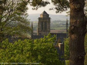 vue-eglise-saint-ronan-depuis-rue-st-maurice-locronan-photo-paulette-andreani-galerie-entre-vues