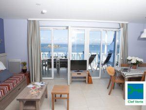 pv-le-coteau-et-la-mer-douarnenez-salon-avec-balcon-vue-mer-2